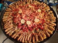 Réunissez vos invités devant l'élaboration de notre Paella à domicile grâce à nos talents de traiteur !