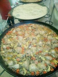 Préparation d'un plat unique servis chaud, par nos services de traiteur à domicile à Beauvais.